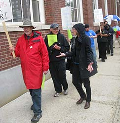 Guild retirees join a picket line for GateHouse contract